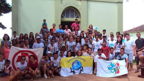 Jovem evangelizando jovem na Caravana Missionária