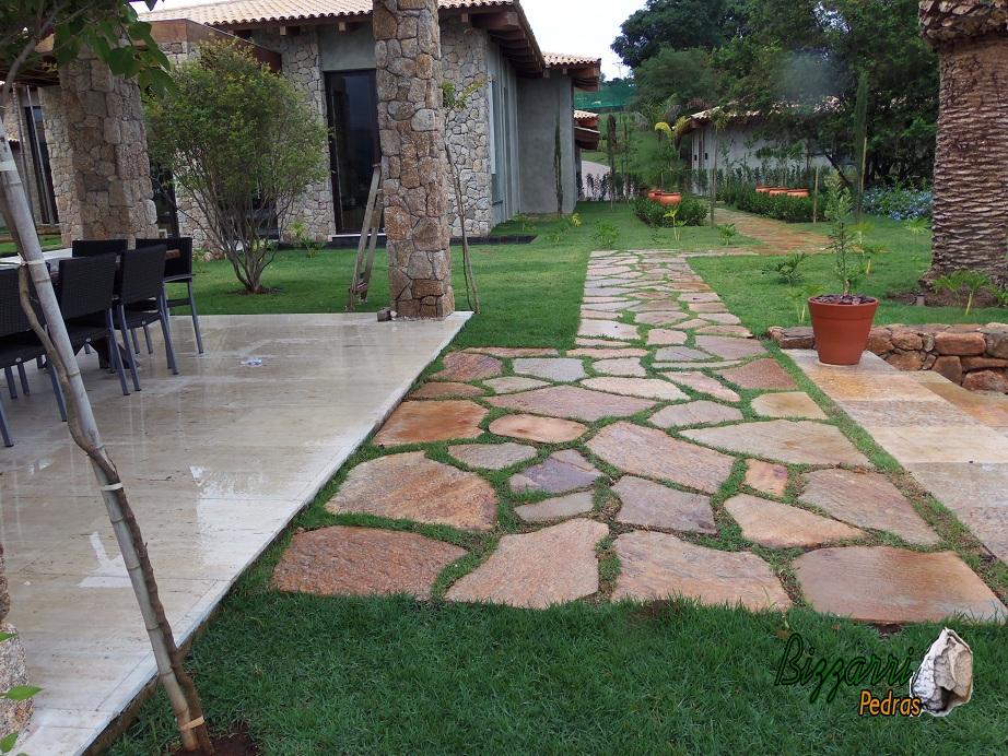 escada de pedra no jardim:BIZZARRI PEDRAS: Caminhos e Paisagismo com pedras