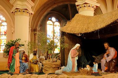 La sagrada familia celebra el nacimiento de Jesus en Navidad
