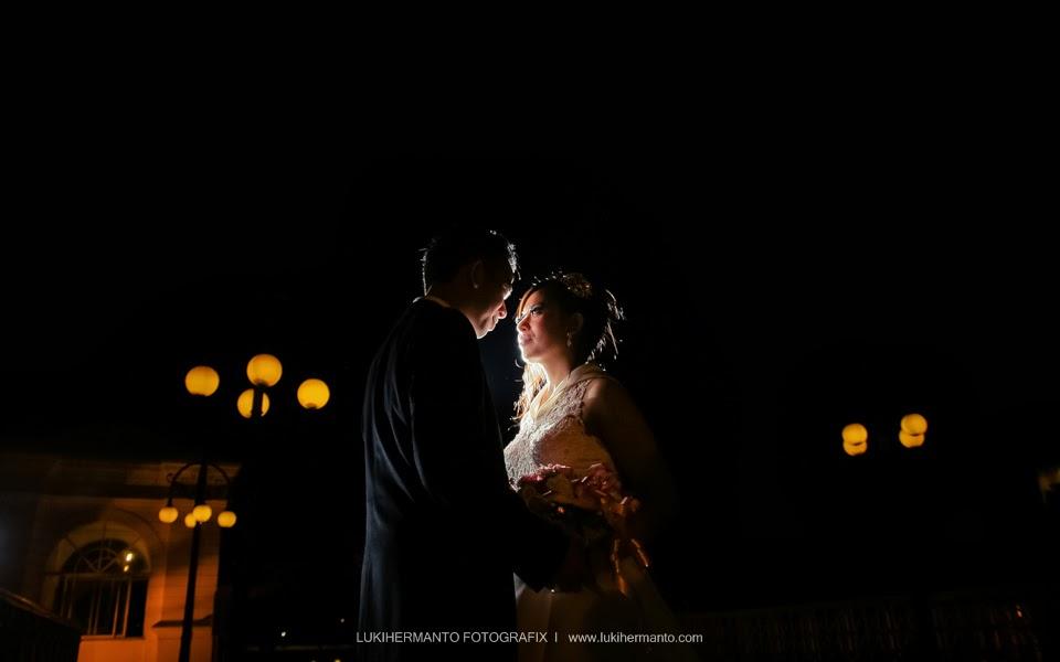 Foto prewedding romantis malam hari