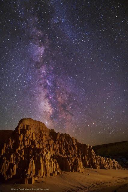 Dải Ngân Hà nằm thẳng đứng trên bầu trời vào nửa đêm ở Công viên Cathedral Gorge của bang Nevada, Hoa Kỳ. Tác giả : Wally Pacholka.