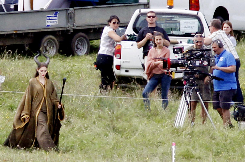 http://3.bp.blogspot.com/-C_CzYnj9NX8/T-JSUZbguRI/AAAAAAAAAlQ/7vRl_4AZ5pU/s1600/Angelina+Jolie+in+Full+Maleficent+Costume.jpg