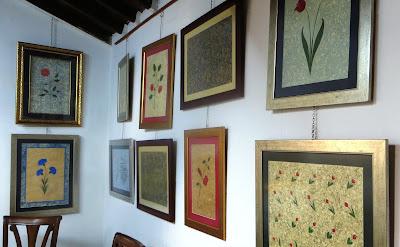 Авторские работы в мастерской Фатиха обрамлены в традиционный багет с металлическим отливом. Помимо картин, техника Эбру используется и для оформления книг.