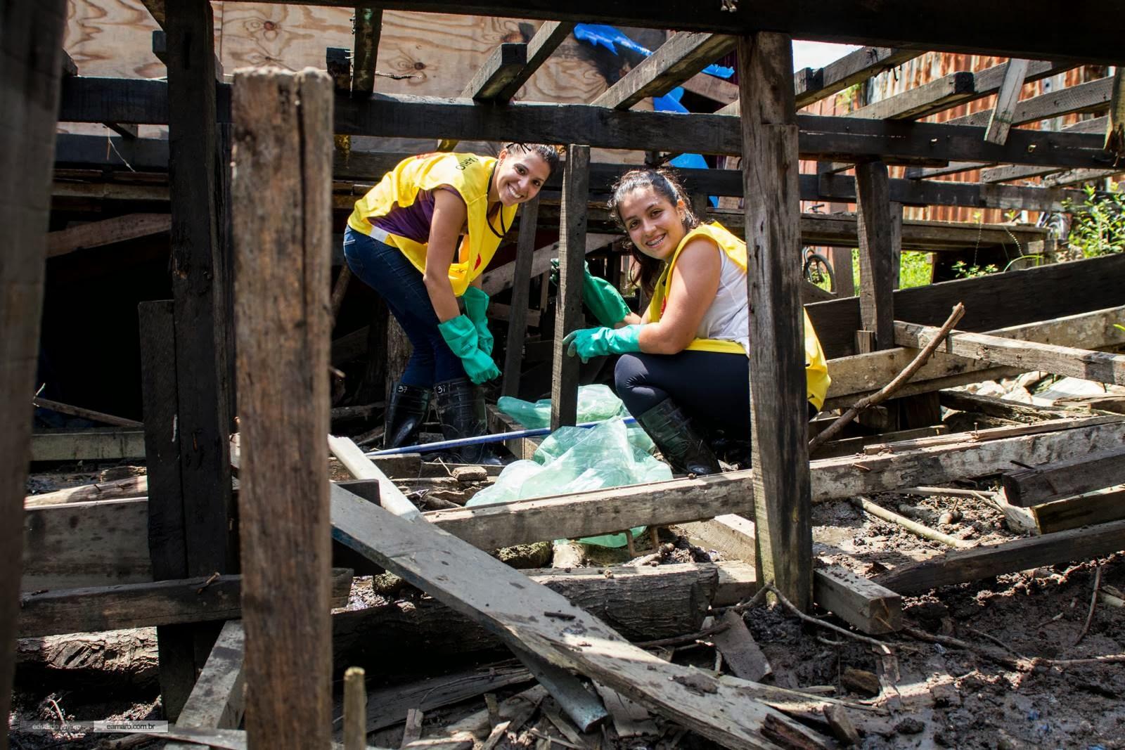 Voluntárias coletam lixo descatado no manguezal de forma irregular pelos moradores das palafitas. Crédito: Eduardo Amaro Silva / Instituto EcoFaxina