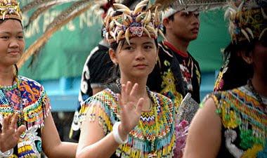 http://www.jurukunci.net/2012/09/pesona-kecantikan-para-dayak-yang-rupawan.html
