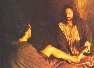 Jesús lava el pie de uno de sus apóstoles
