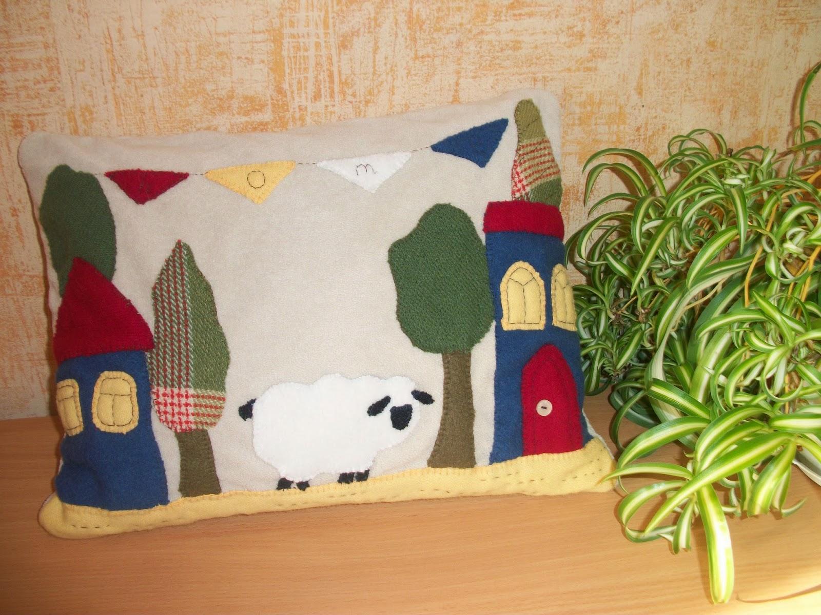 подушка ручной работы с аппликацией овечки, домиков