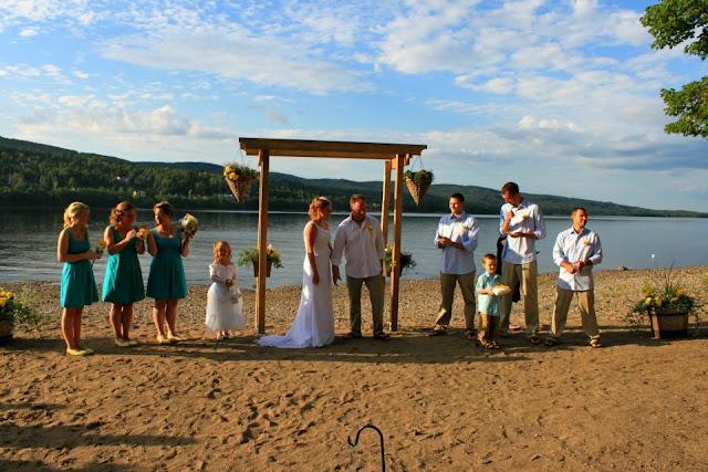 Весільна церемонія на березі річки