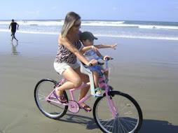 Passeio de bicicleta na praia.kaká e Nícolas.meus amores.