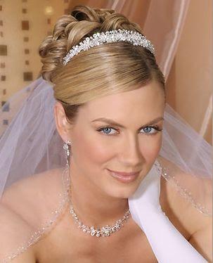 Una de las casas con accesorios de pelo para novias más bonitos que he visto es Bel Aire Bridal. Los encuentro muy finos, elegantes, muy variados y con un