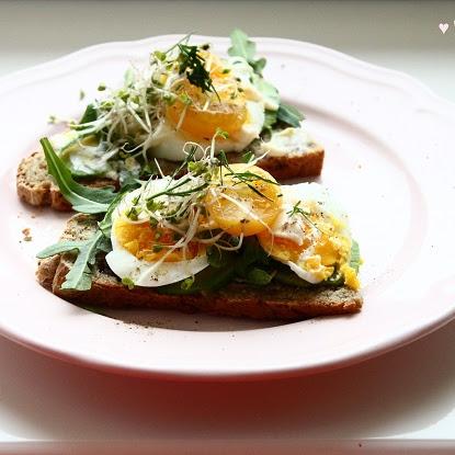 Śniadanie: Kanapki z domowym chlebem, jajkiem, avocado, rukolą i majonezem