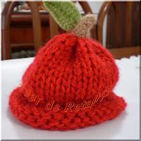 Touca vermelha feita em tricô manual com modelo de cerejinha
