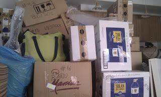 Montaña de cajas tras tres días de embalaje: hubo muchísimas más