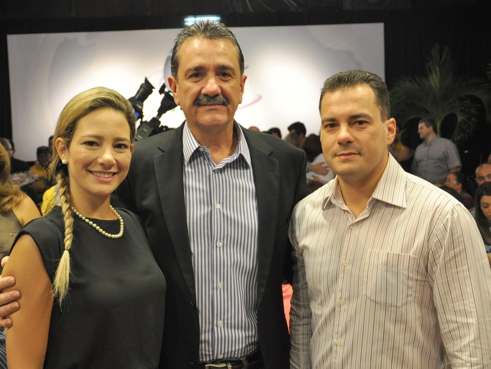 http://3.bp.blogspot.com/-Cbdyt0zkvpA/UAQGhI4M24I/AAAAAAAAOps/hEVbOf8MZtU/s1600/01+-+Ga%C3%ADda+Valim,+Bismarck+Maia+e+Miguel+Dias+Filho.jpg