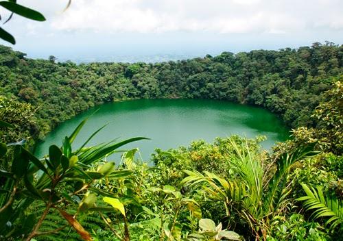 Lago donde bañarse en el cráter del volcán. Costa Rica.