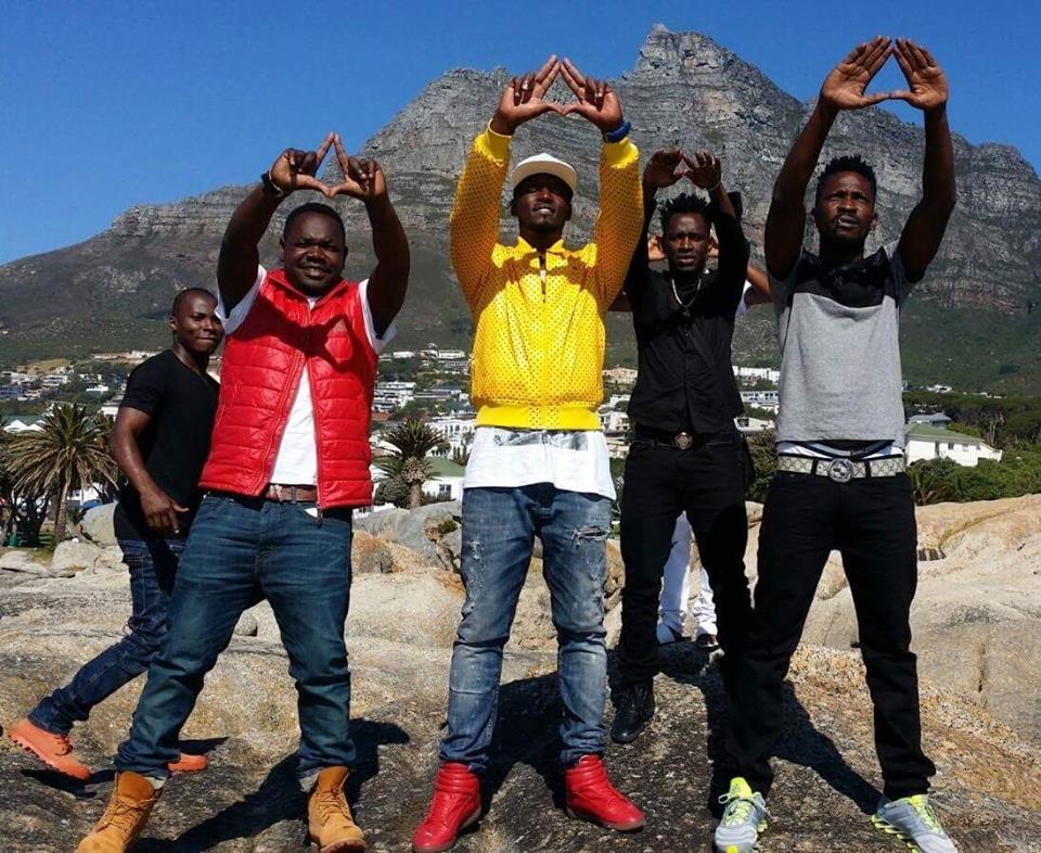 Photo Bobi Wine Flashes Illuminati Symbol 411 Ug