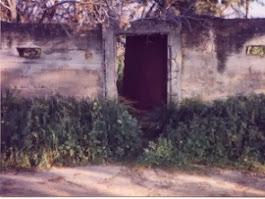 השער הקטן בחומה ליד הדרך הראשית