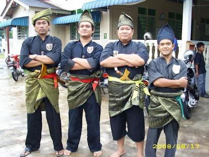Pahlawan Gayong - Dari kiri Cikgu Fauzi, Cikgu Fadzril, Cikgu Fairos dan Saudara Latif.