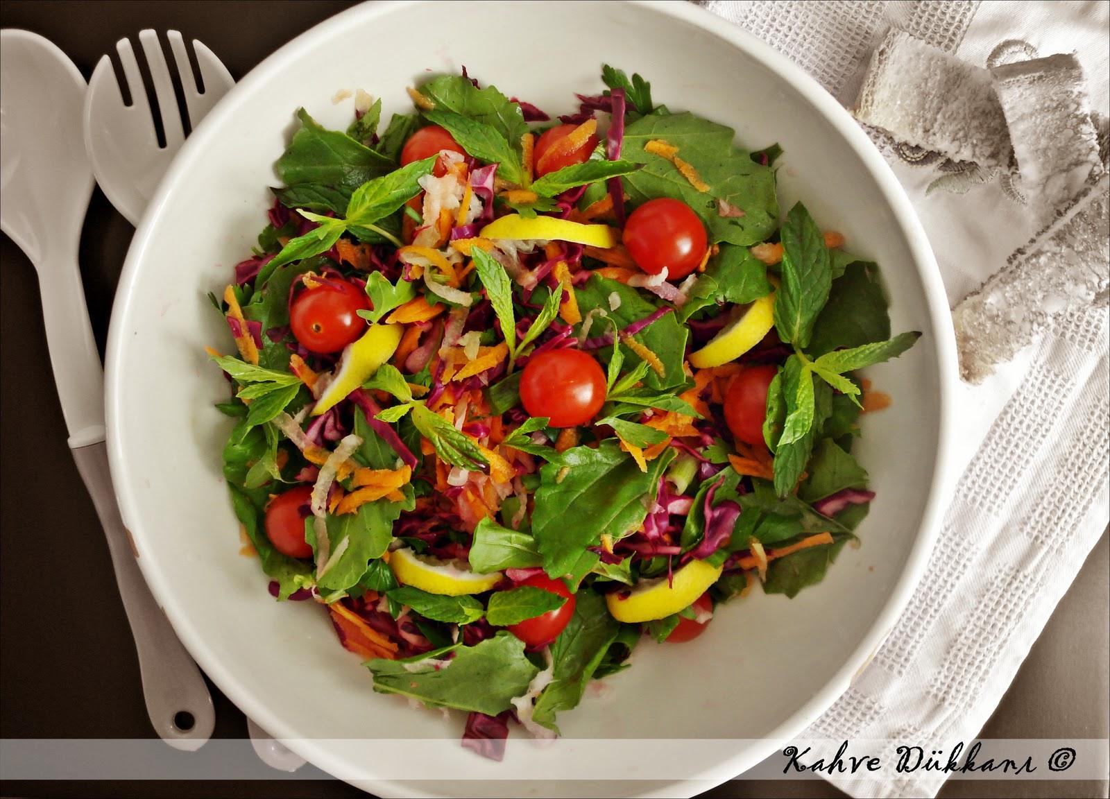 Taze otlu cherry domatesli sebze salatasi