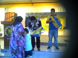 Pelajar Tahun 1 2012 menerima bantuan beg sekolah