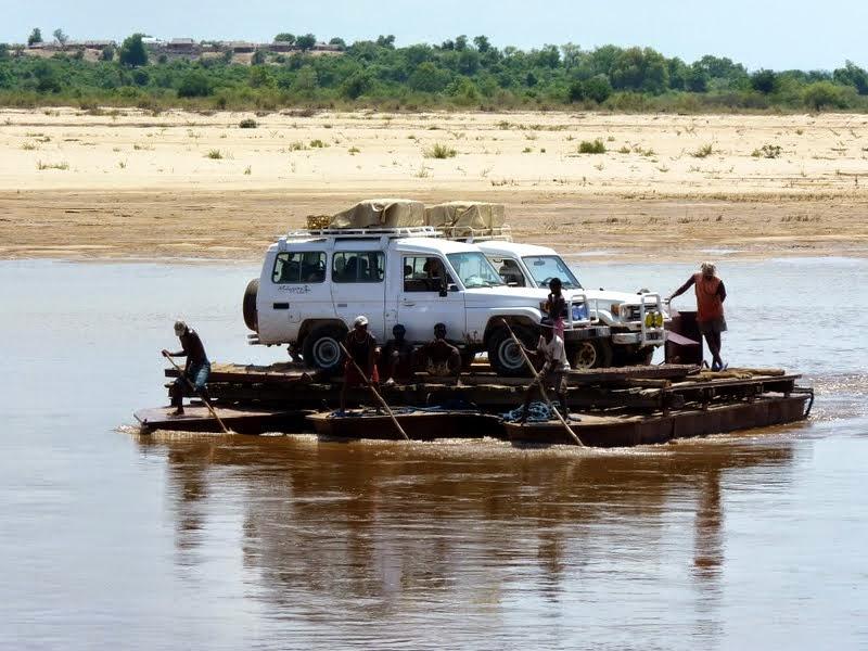 Voyage Madagascar - 4x4 de Malagasy Tours sur un bac