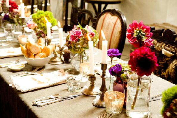 Mesa con flores bien decorada