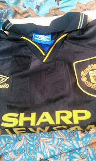 gamabr desain jersey retro manchester united kungfu Jersey MU retro 1994 di enkosa sport toko jersey retro kualitas grade AAA