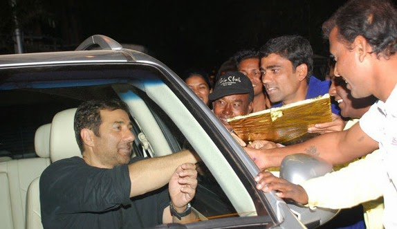 Sunny Deol snapped with fans