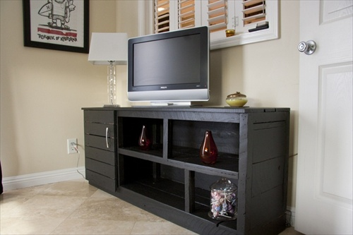 Diy interior furniture 14 pallet tv stand styles pallet for Table tv bois
