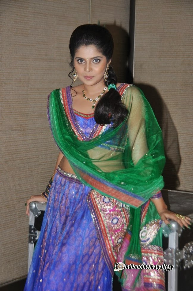 Dressing Below Navel Saree: Sravya Hot Navel Pics