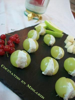 Bocaditos de uva al roquefort