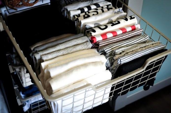 Una Buena Idea: Una Cesta Para Colocar Los Jerséis, Camisetas,  Verticalmente. Están Visibles A Simple Vista.