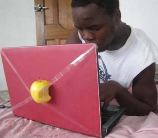 смешная картинка: Афро с ноутбук Аппле