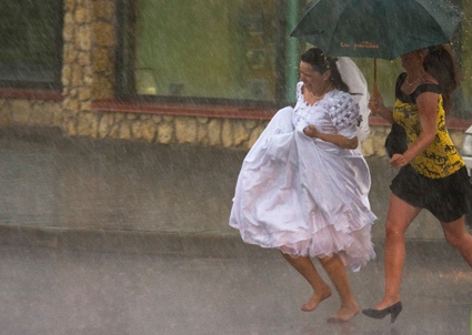 Pacchetti e confetti spose e pioggia ombrelli e cappelli for Sotto la pioggia ombrelli