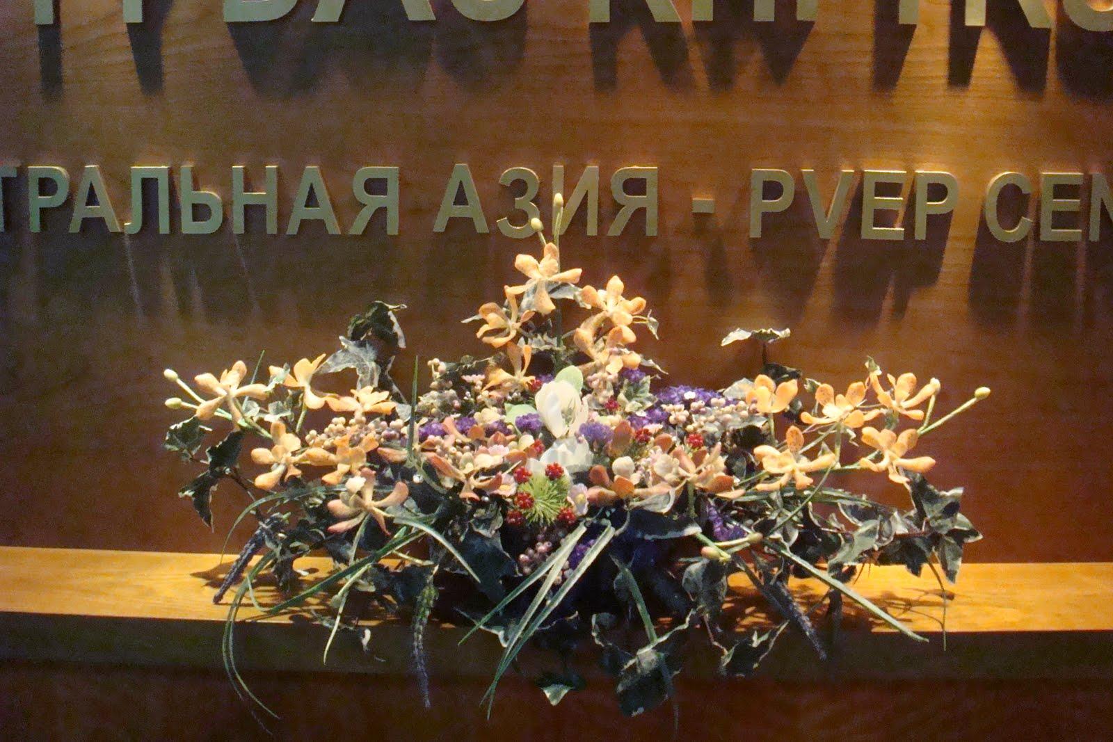 Mẫu hoa bàn lễ tân