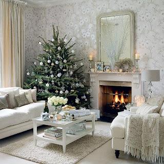 árvore de natal decorada na sala de casa