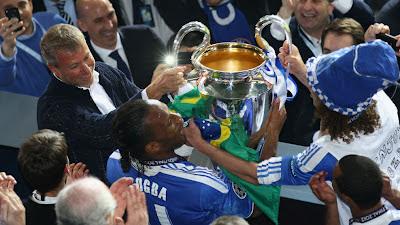 Drogba menerima Piala Liga Champions