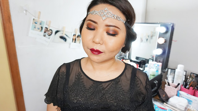 Easy 1920s gatsby inspired makeup tutorial. This can be used for halloween makeup. Dark berry purple lipstick with a warm brown eyes. Using Makeup Revolution Palette flawless matte for the eyes and I will be showing you how to use matte eyeshadow. Learn the basic and easy makeup technique with Theresia Feegy, makeup artist and beautepreneur. How to get an easy vintage daily look and what are the perfect vintage color combination