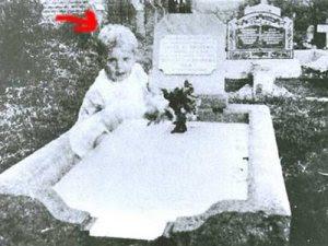 Hantu Anak Kecil di Kuburan