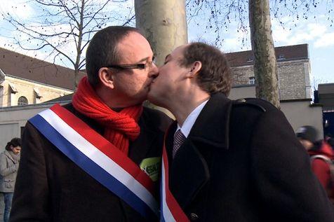 Heterossexuais, ambos casados e com filhos, os dois deputados socialistas franceses, Yann Galut (esquerda) e Bays Nicolas (direita), se beijaram na manifestação a favor do casamento igualitário ocorrida no último domingo (27/01) nas ruas de Paris. 'Isso significa que, como membros do parlamento aonde se iniciará em dois dias a batalha legislativa, nós nos solidarizamos com os homossexuais, com suas reivindicações', disse Yann Galut. (Foto: AFP)