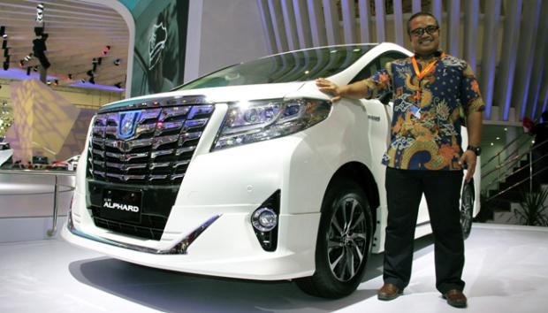 GM Technical Service Division Toyota Astra Motor Dadi Hendriadi memperlihatkan mobil Toyota New Alphard 2.5 G Hybrid yang diluncurkan pada Gaikindo Indonesia International Auto Show 2015, di ICE SCBD, Serpong, Tangerang, Banten, 22 Agustus 2015. ANTARA FOTO
