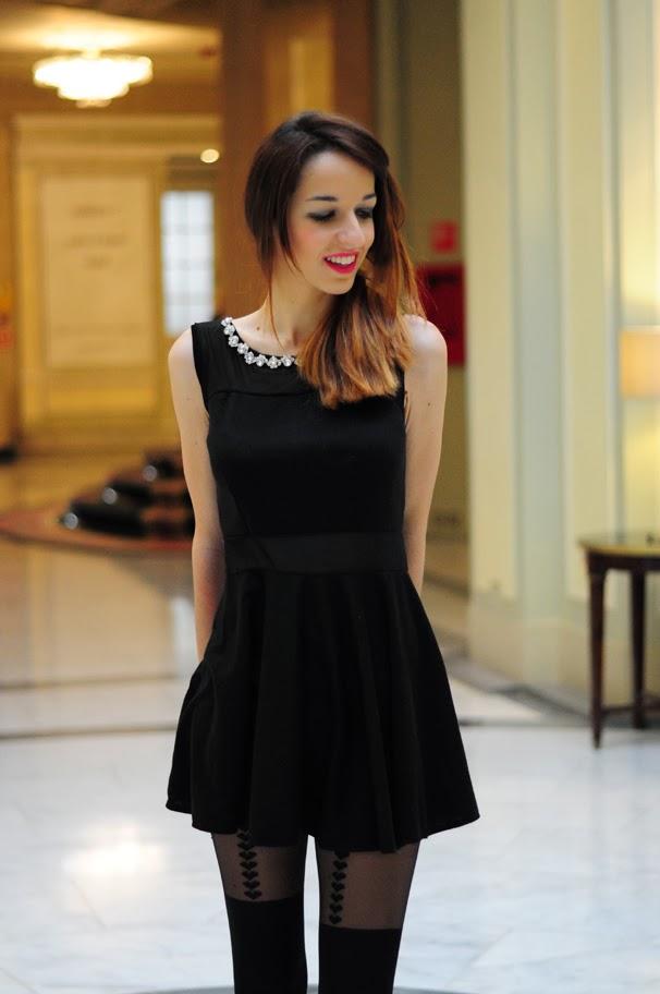 Look vestido negro y medias