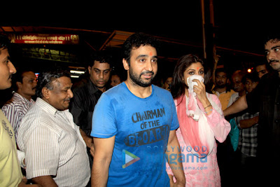 Shilpa Shetty & Raj Kundra pray at Siddhivinayak Temple