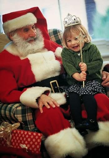 imagen tierna de niña con santa claus