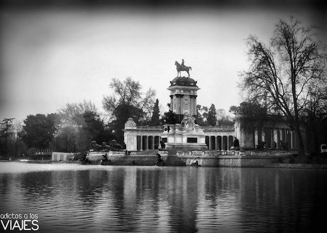 Estanque y monumento a Alfonso XII en el Parque del Retiro madrid