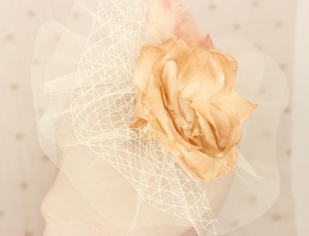 Colección La Cesta - Tocado Tul Nude flor y pluma (Detalle)