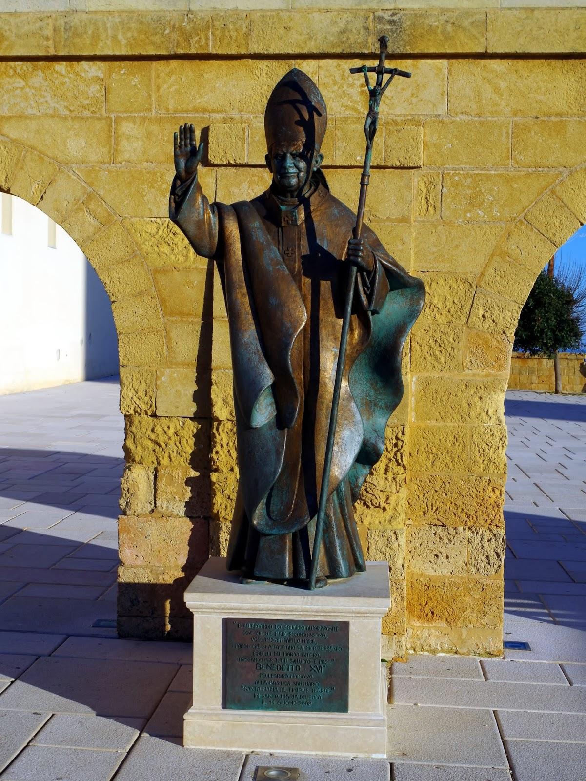 Bronzestatue Papst Benedikt XVI in Santa Maria di Leuca (Apulien)