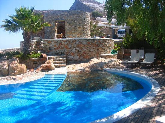 Home and garden artificial rocks around swimming pool - Cool house swimming pools ...