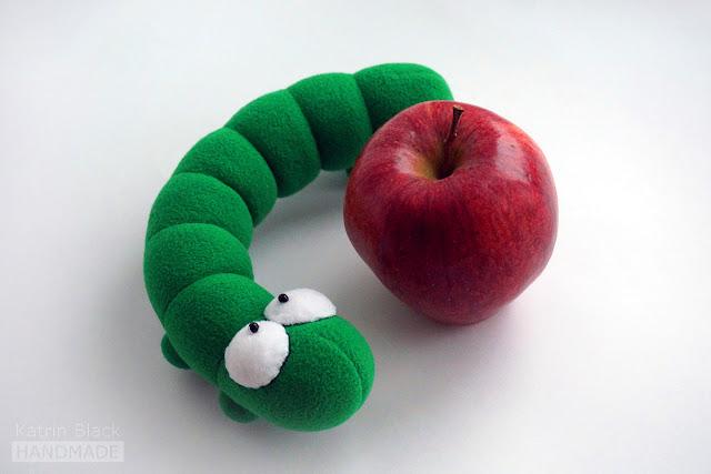 Авторская мягкая игрушка - зелёная гусеница.