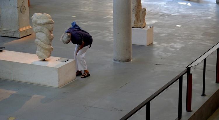 Visiteuse au Musée Bleu